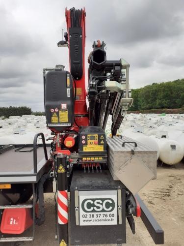 Camion avec grue embarquée pour mise en place réservoir gpl
